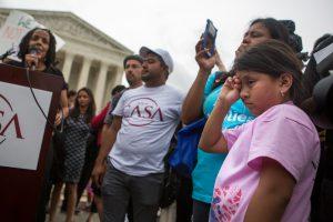 WASHINGTON, DC - JUNio 23: Familias reaccionan a la noticia sobre el bloqueo a el plan de Obama de immigracion, el cual hubiese protejido a millones de inmigrantes. (Foto por Imagenes Allison Shelley/Getty)